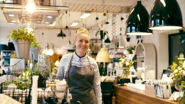 vídeos de stock, filmes e b-roll de proprietário de negócio fêmea novo em uma loja home do décor, retrato - boutique