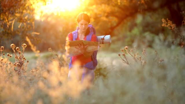 vídeos de stock, filmes e b-roll de jovem explorador feminino - cartografia