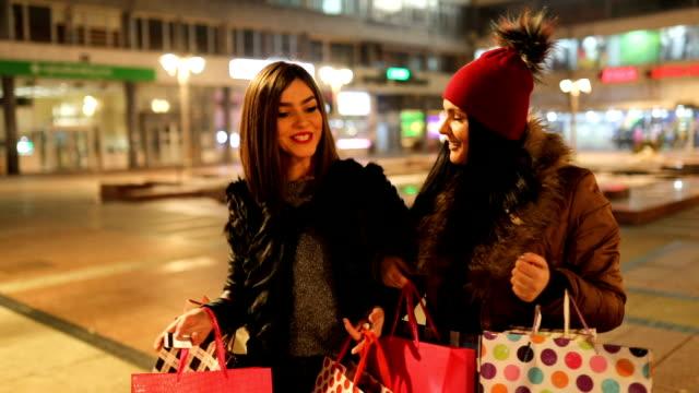 unga kvinnliga vänner i shopping - köpnarkoman bildbanksvideor och videomaterial från bakom kulisserna