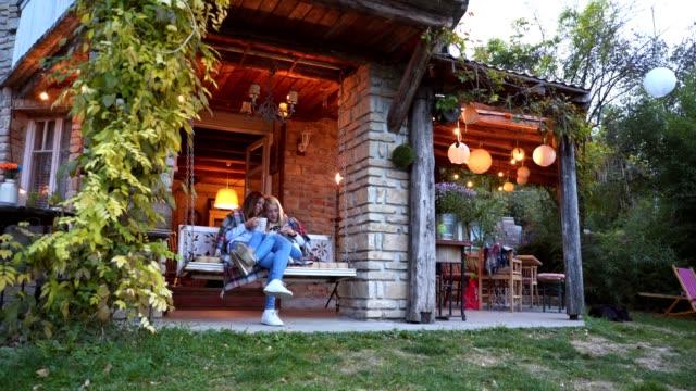 美しいホームで若い女性の同性愛者のカップル - 別荘点の映像素材/bロール