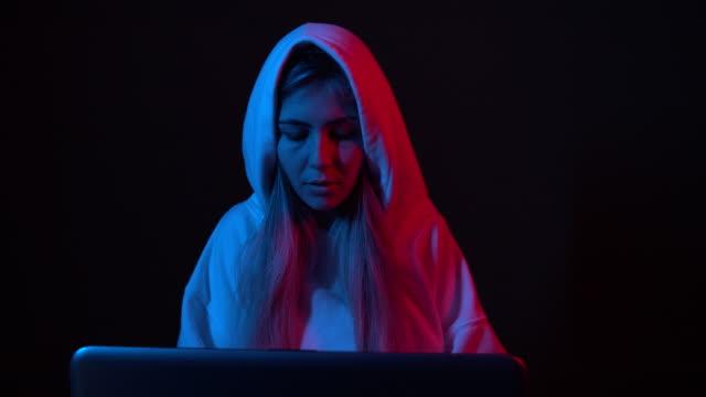 職場の若い女性ハッカー - なりすまし犯罪点の映像素材/bロール