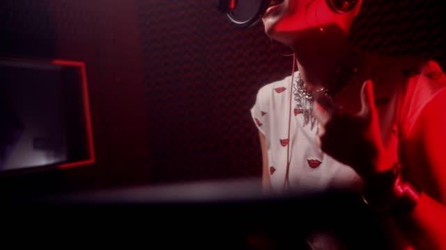 junge weibliche pop musik sängerin song im tonstudio aufnehmen - aufnahmestudio stock-videos und b-roll-filmmaterial
