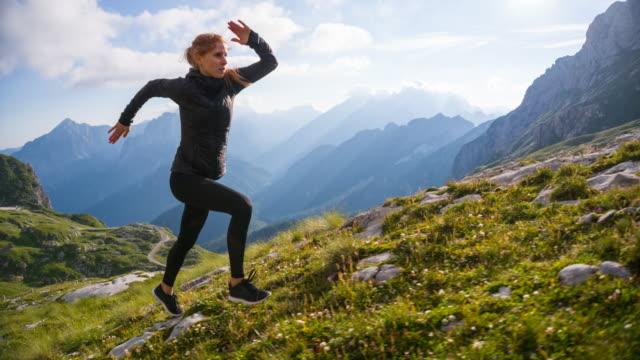 unga kvinnliga löpare kör uppförsbacke - jogging hill bildbanksvideor och videomaterial från bakom kulisserna