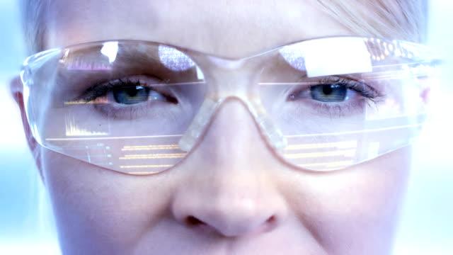 giovane femmina scienziato in occhiali high-tech - occhiali protettivi video stock e b–roll