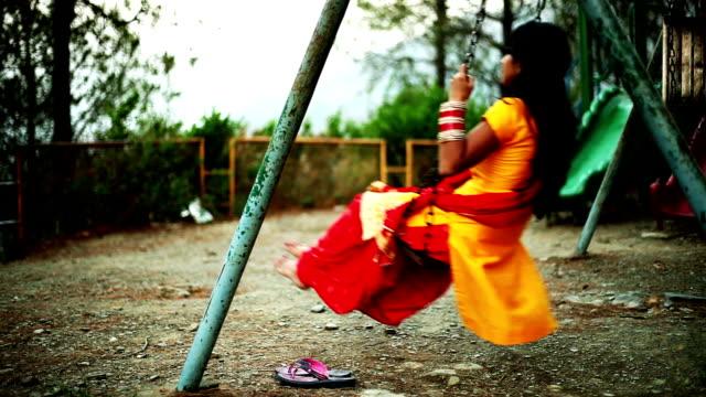 junge frau auf einer schaukel schwingt - himachal pradesh stock-videos und b-roll-filmmaterial
