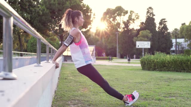 vídeos de stock e filmes b-roll de young female woman exercising - young woman running city