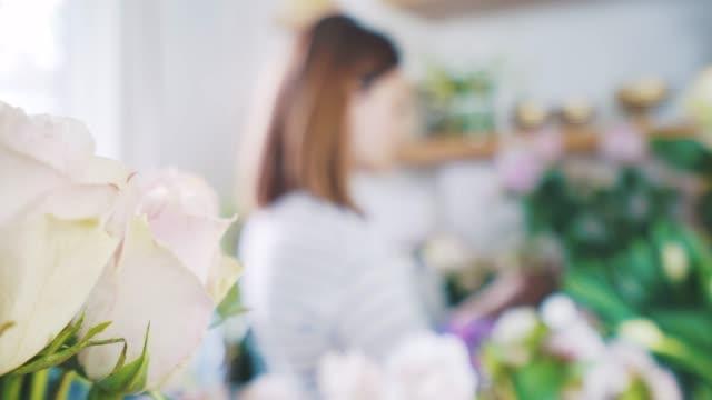 フラワー ショップで働く若い女性。 - 花市場点の映像素材/bロール