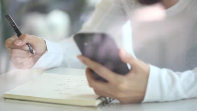 young female writing-working online - anteckningsblock bildbanksvideor och videomaterial från bakom kulisserna