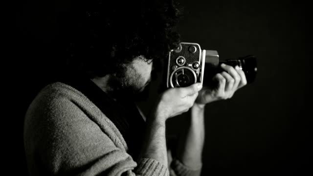 giovane regista che gira con una vecchia macchina fotografica cinematografica analogica vintage retrò 8mm - lega sportiva amatoriale video stock e b–roll