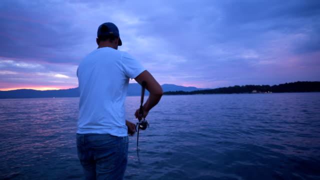 Junge Fischer Angeln bei Sonnenuntergang – Video