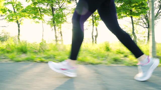 junge fitness-frau auf der straße laufen. - schuhwerk videos stock-videos und b-roll-filmmaterial
