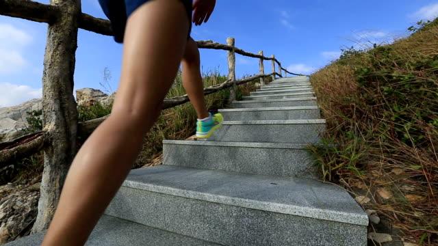 Junge fitness Frau-Läufer laufen auf mountain Treppe – Video