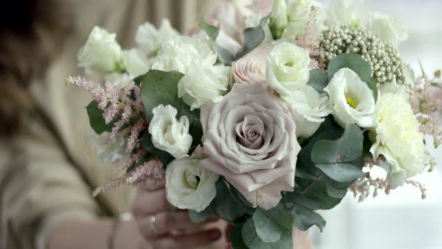 vídeos de stock, filmes e b-roll de jovem florista monta um buquê de casamento rústico - rústico