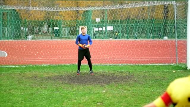 スタジアムでボールを蹴る若いフットボール選手 - サッカークラブ点の映像素材/bロール