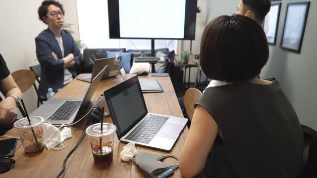 ung frilansande arbetare diskuterar i mötesrum - iskaffe bildbanksvideor och videomaterial från bakom kulisserna
