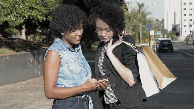 스마트 폰 응용 프로그램에 의해 택시를 요구 하는 젊은 친구 - black power 스톡 비디오 및 b-롤 화면