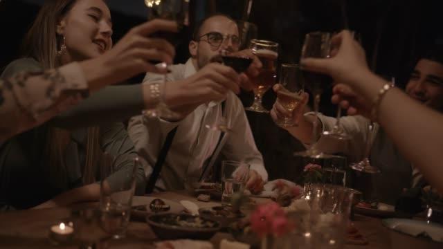 vidéos et rushes de jeunes amis, célébrer et faire griller à dîner rustique élégant - diner entre amis
