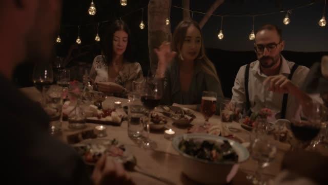 vidéos et rushes de jeunes amis manger à dîner rustique campagne élégant - diner entre amis