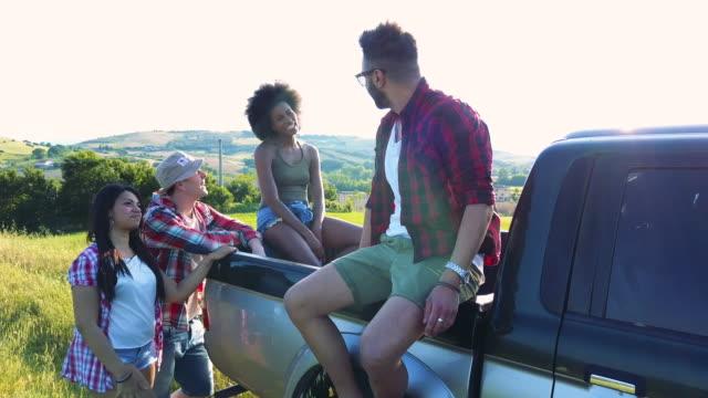 vídeos de stock, filmes e b-roll de jovens amigos, desfrutando a liberdade em uma viagem de carro sobre um país offroad - caminhonete pickup