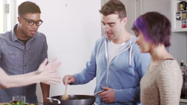 Jeunes de se réunir entre amis pour une soirée - Vidéo