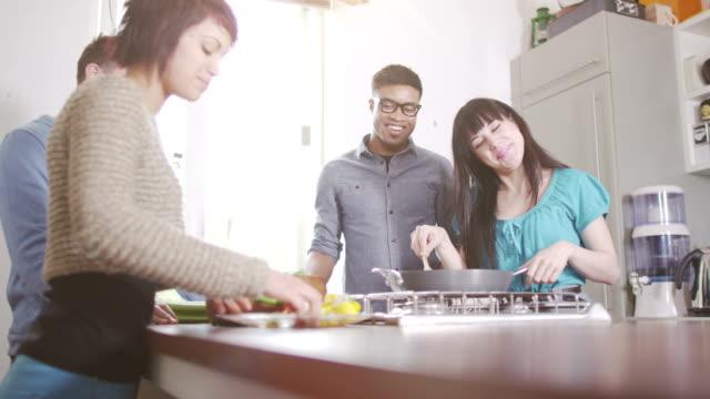 junge freunde treffen sie sich für eine party - teenage friends sharing food stock-videos und b-roll-filmmaterial