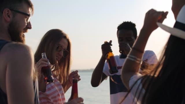 junge freunde feiern am strand - spring break stock-videos und b-roll-filmmaterial
