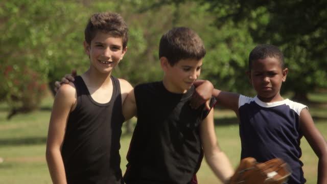 若い友人のポートレート、野球チームの子供と笑顔でカメラ - 男の子点の映像素材/bロール