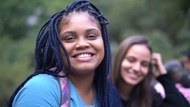 молодые друзья портрет - бразилец парду стоковые видео и кадры b-roll
