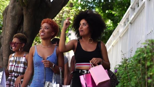 vídeos y material grabado en eventos de stock de jóvenes amigos, ir de compras en la calle - shopping bags