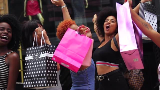 若い友人の通りでショッピング - 都会的ファッション点の映像素材/bロール
