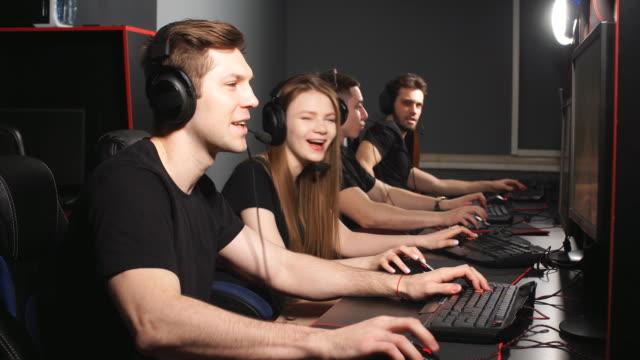 pc ゲームクラブで週末を過ごしながらビデオゲームをプレイしている若いゲーマー - ゲーム ヘッドフォン点の映像素材/bロール