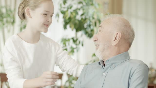若い女の子と祖父 ビデオ