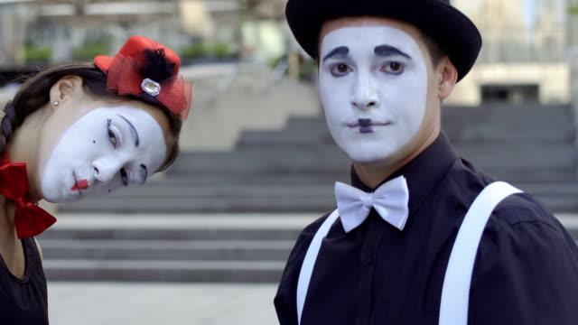 若い女の子と男 mime のカメラ目線と浮気 - グリースペイント点の映像素材/bロール