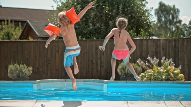 vídeos y material grabado en eventos de stock de cámara lenta ds hermana salto en piscina con hermano pequeño - backyard pool