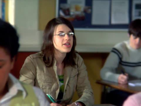 PAL-Junge Mädchen stellt Frage in Klasse – Video