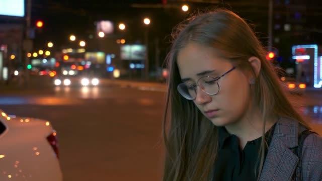 en ung flicka uppmanar telefonen - endast en tonårsflicka bildbanksvideor och videomaterial från bakom kulisserna