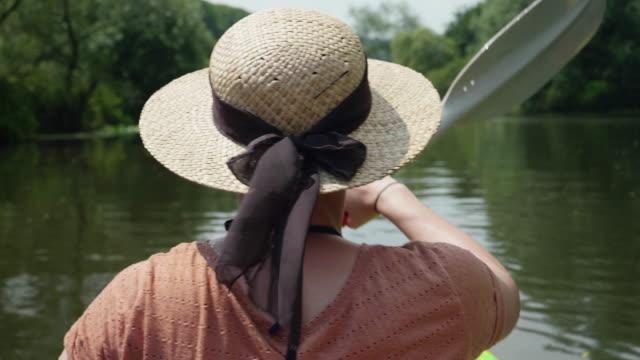 Junges Mädchen an einem wunderschönen See im sonnigen Wasser Kanu – Video