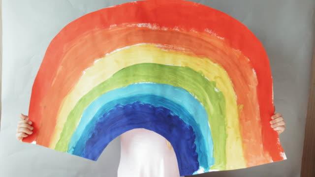 junges mädchen zeichnung regenbogen für ärzte. - krankheitsverhinderung stock-videos und b-roll-filmmaterial