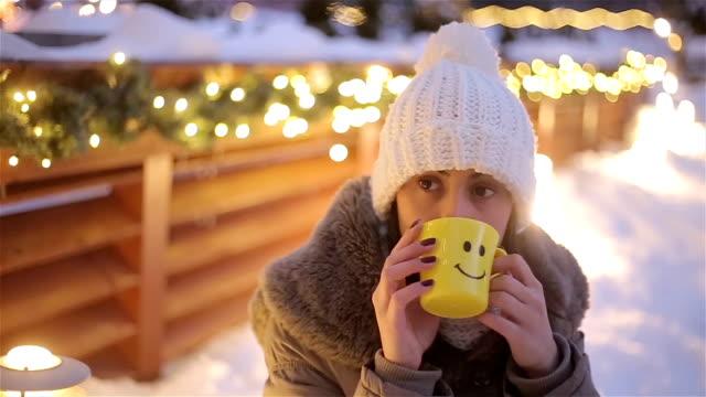 junges mädchen teetrinken auf schönen winter ambient - kieferngewächse stock-videos und b-roll-filmmaterial