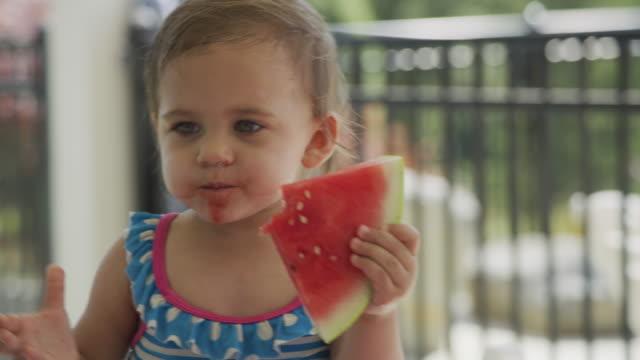 Junges Mädchen essen Wassermelone im Hinterhof Grill – Video