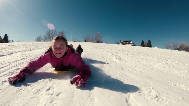 ung tjej njuter snö sledding - snow kids bildbanksvideor och videomaterial från bakom kulisserna