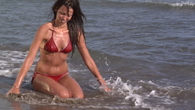 stockvideo's en b-roll-footage met young girl enjoys the sea - gympak