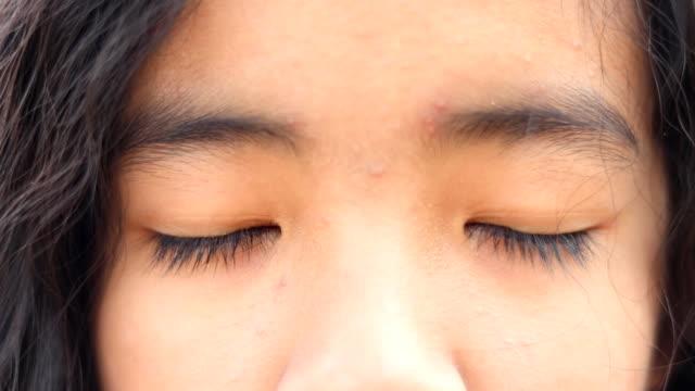 ung flicka ögon närbild - huvud bildbanksvideor och videomaterial från bakom kulisserna