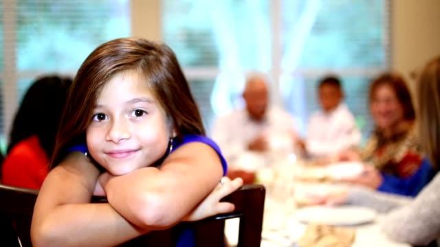 genç kız, şükran yemek masasında aile. - çocuk bayramı stok videoları ve detay görüntü çekimi