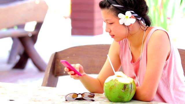 young girl having fun with the smartphone - endast en tonårsflicka bildbanksvideor och videomaterial från bakom kulisserna
