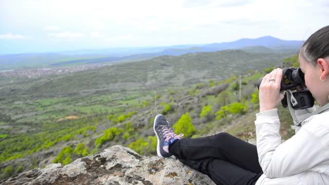 Junges Mädchen, Wandern und trekking am Berggipfel mit Fernglas – Video