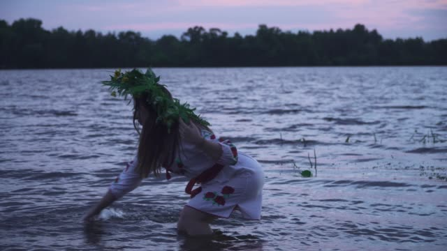 young girl in white dress and wreath on head - славянская культура стоковые видео и кадры b-roll