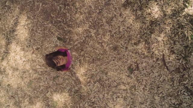 ドローン カメラを追う緑のフィールドで実行されている若い女の子子供 ビデオ