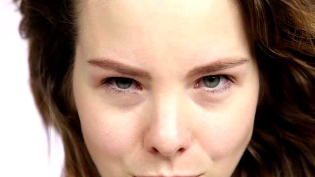 vídeos de stock e filmes b-roll de young girl lifting one brow - sobrancelha
