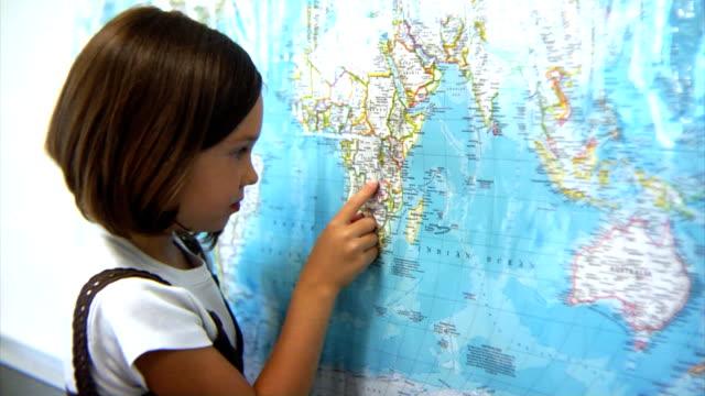 junges mädchen blick in die karte - grundschule stock-videos und b-roll-filmmaterial
